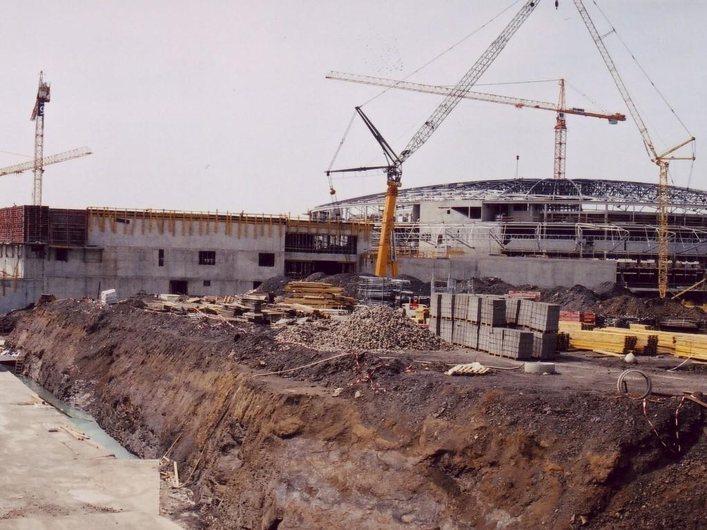 Nejrozsáhlejší námi zhotovenou akcí je hydroizolace více jak 25.000m2 kolektorů, příjezdových tunelů a zelené střechy haly Sazka aréna. Realizace: ARKONA, 2004-2005, Praha