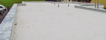 Plochá střecha rozsáhlého bungalovu, kotvená TPO folie na spádovém polystyrenu