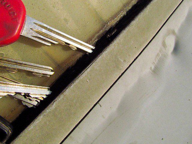 PVC folie se po cca šesti letech smrštila natolik, že vytrhla stěnové lišty ze světlíku